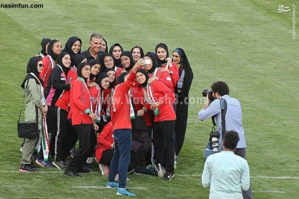 عکس کارلوس کی روش در بین دختران فوتبالیست ایرانی