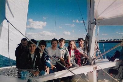 نیکلای دوروف (نفراول از چپ) و آنتون روزنبرگ (نفر دوم سمت چپ) به همراه سایر اعضای تیم المپیاد ریاضی روسیه - ۱۹۹۸ (تیم ایران در این سال رتبه اول تیمی را در المپیاد ریاضی به دست آورد!)
