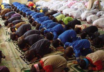 فاصله زن ومرد در نماز باید چقدر باشد