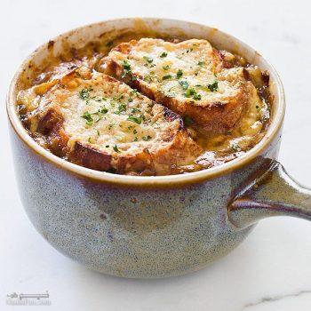 طرز تهیه سوپ پیاز مجلسی و اصل فرانسوی با گوشت و پنیر + فیلم آموزشی