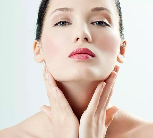 ۱۲ روش شگفت انگیز موثر برای رفع تیرگی گردن