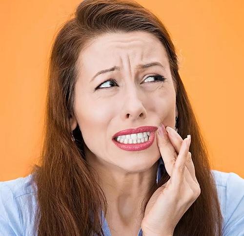 التهاب لثه چیست؟ | ۱۴ روش خارق العاده خانگی درمان التهاب لثه